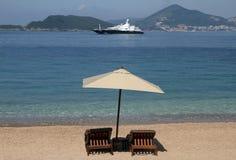 Cadeiras e guarda-chuva de praia fotos de stock royalty free