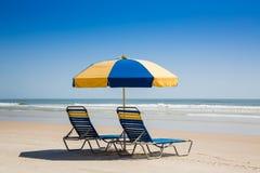 Cadeiras e guarda-chuva de praia Fotografia de Stock