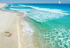 Cadeiras e guarda-chuva de praia Fotos de Stock