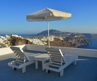 Cadeiras e guarda-chuva de praia de relaxamento fotografia de stock