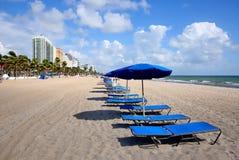 Cadeiras e guarda-chuvas de sala de estar na praia do Fort Lauderdale imagens de stock