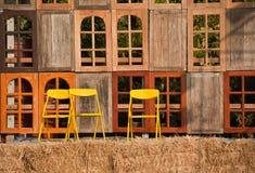 Cadeiras e indicador amarelos imagens de stock royalty free