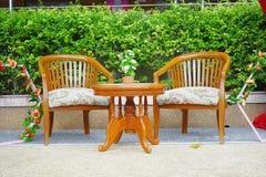 Cadeiras e mesa de madeira luxuosas Fotos de Stock Royalty Free