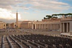 Cadeiras e Obelisk na praça san Pietro - Vatican fotografia de stock