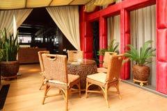 Cadeiras e tabela bonitas no restaurante vazio Imagem de Stock