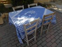 Cadeiras e tabela com o pano de tabela azul detalhado fotos de stock royalty free