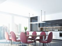 Cadeiras e tabela cor-de-rosa da sala de jantar, canto da cozinha Foto de Stock
