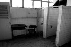 Cadeiras e tabela danificadas Imagens de Stock
