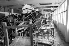 Cadeiras e tabela danificadas Fotografia de Stock Royalty Free