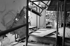 Cadeiras e tabela danificadas Imagem de Stock