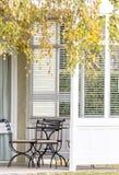 Cadeiras e tabela exteriores no patamar branco Foto de Stock