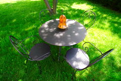 Cadeiras e tabela no jardim fotos de stock royalty free
