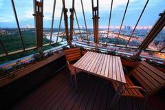 Cadeiras e tabela no terraço no restaurante Imagem de Stock
