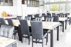 Cadeiras e tabela pretas na zona comida Fotografia de Stock Royalty Free