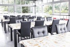 Cadeiras e tabela pretas na zona comida Imagem de Stock Royalty Free