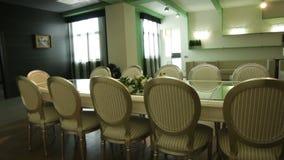 Cadeiras e tabela sofisticadas na sala espaçoso video estoque