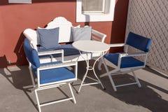 Cadeiras e tabela vazias no terraço imagens de stock
