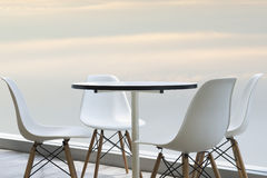 Cadeiras e tabelas bonitas no arranha-céus (foco seletivo) Fotografia de Stock Royalty Free