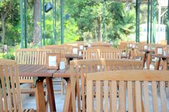 Cadeiras e tabelas de madeira Fotos de Stock