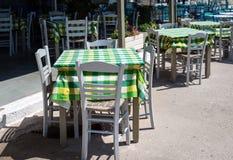 Cadeiras e tabelas de madeira na taberna grega tradicional Fotografia de Stock