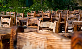 Cadeiras e tabelas de madeira vazias Imagem de Stock