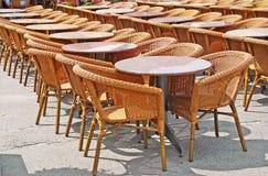 Cadeiras e tabelas na fileira Fotografia de Stock