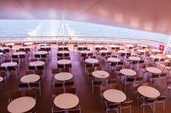 Cadeiras e tabelas na plataforma Imagens de Stock Royalty Free