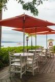 Cadeiras e tabelas vazias em um terraço do restaurante imagens de stock royalty free