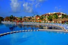 Cadeiras em torno da piscina Imagens de Stock
