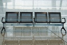 Cadeiras em um aeroporto imagem de stock royalty free