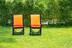 Cadeiras em um gramado verde Fotos de Stock Royalty Free
