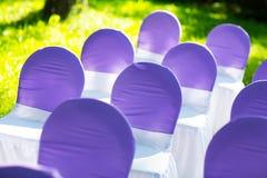 Cadeiras em uma cerimônia de casamento decor fotos de stock