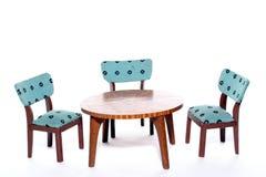 Cadeiras em volta de uma tabela Fotos de Stock Royalty Free