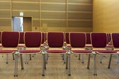 Cadeiras enfileiradas em uma sala de concertos de madeira Imagem de Stock Royalty Free