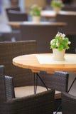 Cadeiras exteriores do café do restaurante com tabela Fotografia de Stock Royalty Free