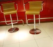 Cadeiras feitas da madeira e do aço fotografia de stock royalty free