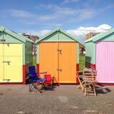 Cadeiras fora de uma cabana colorida da praia Fotografia de Stock Royalty Free