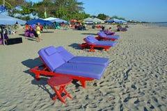 Cadeiras & guarda-chuvas na praia de Legian, Bali Foto de Stock