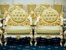 Cadeiras luxuosas no quarto de recepção Foto de Stock