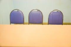 Cadeiras modernas contra Imagens de Stock Royalty Free