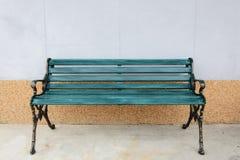 Cadeiras modernas da cor na parede Fotos de Stock