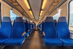 Cadeiras modernas do trem dispostas em duas fileiras Fotografia de Stock Royalty Free