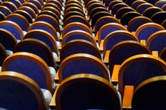 Cadeiras na fileira no salão Imagem de Stock Royalty Free