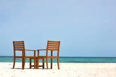 Cadeiras na opinião da costa Fotografia de Stock