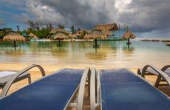 Cadeiras na praia na ilha de Roatan fotos de stock