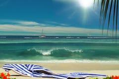 Cadeiras na praia sunshining bonita do paraíso. Imagens de Stock