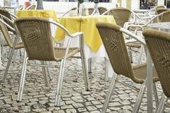 Cadeiras na toalha de mesa da barra Imagem de Stock