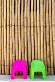 Cadeiras no fundo de bambu japonês Imagem de Stock
