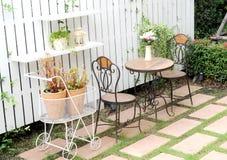 Cadeiras no jardim bonito Imagens de Stock Royalty Free