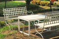 Cadeiras no jardim com natureza Foto de Stock Royalty Free